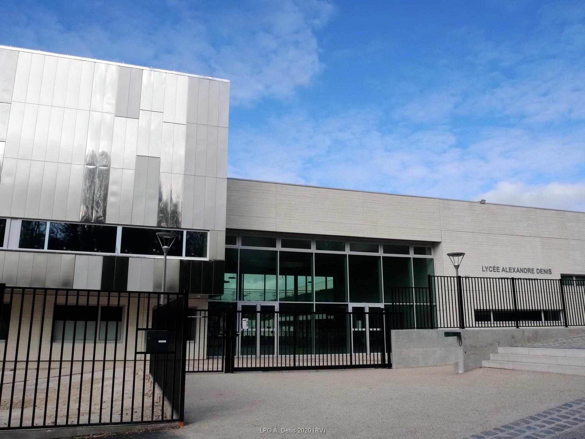L'exterieur du Lycée Alexandre Denis