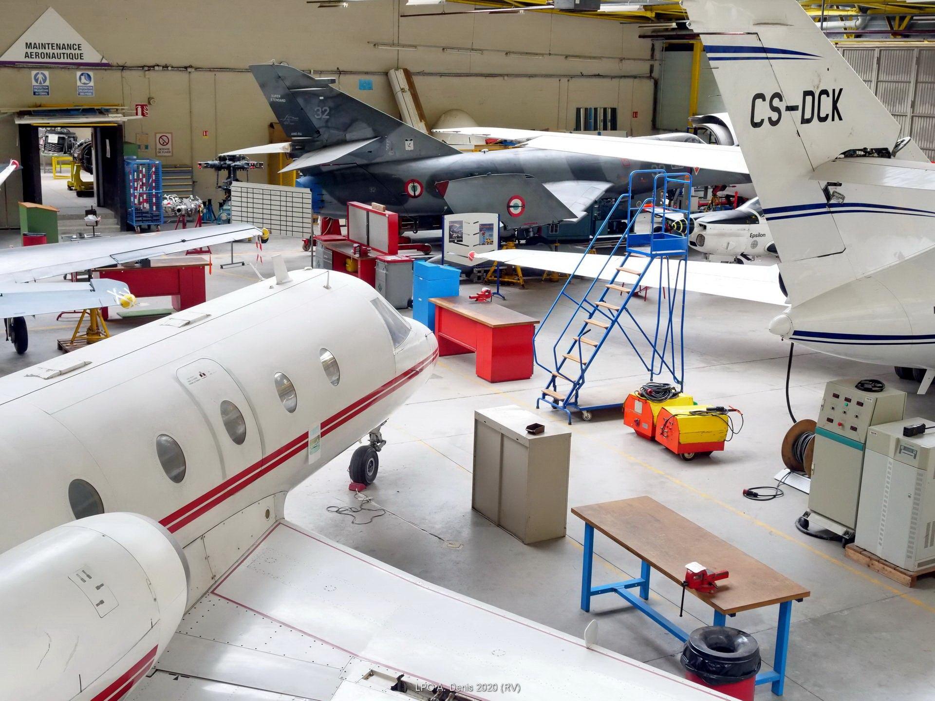 hangar maintenance aéronautique vu depuis la passerelle
