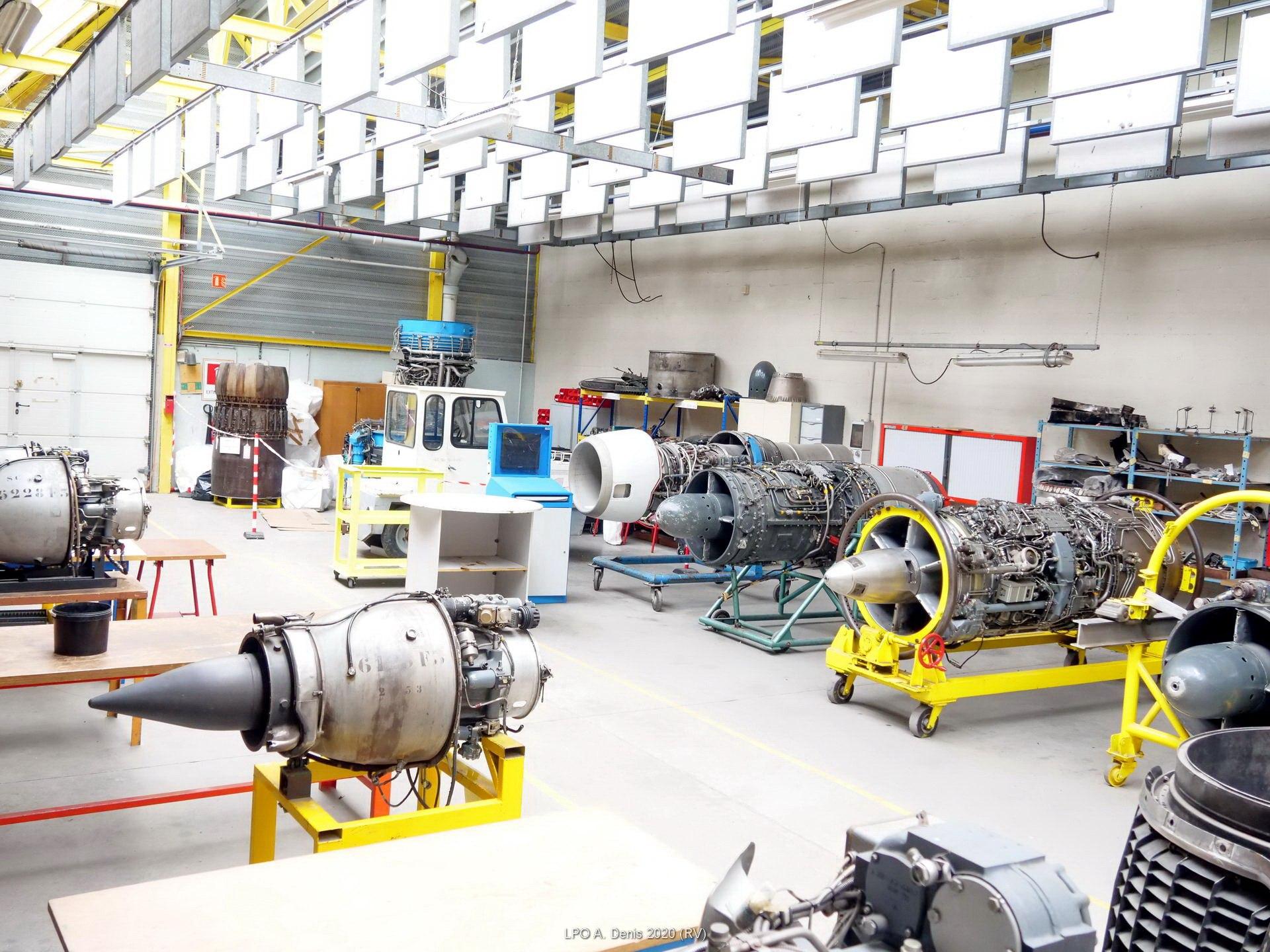Salle de travail sur moteurs